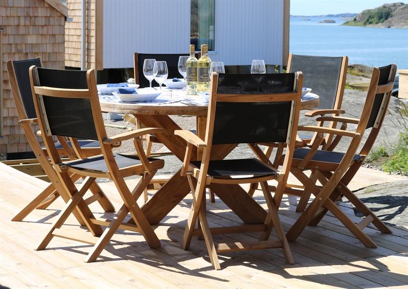 trädgårdsmöbler runt bord